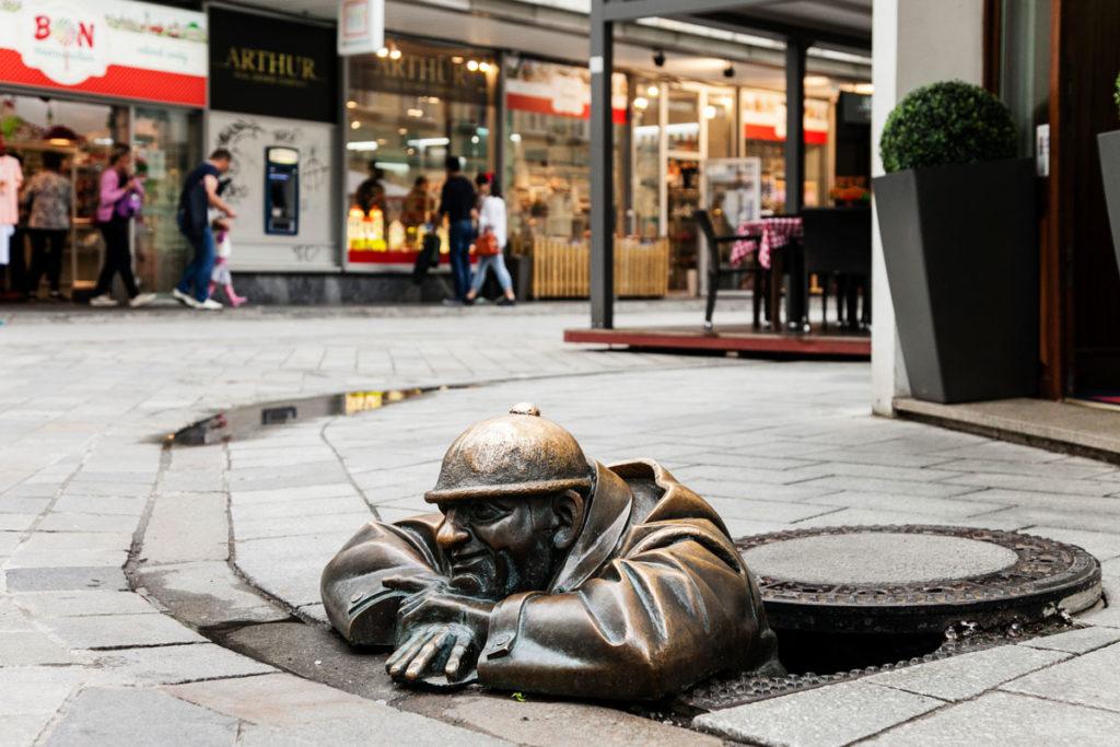 Cumil Ficcanaso - Statua che esce dal tombino - Guardone di Bratislava