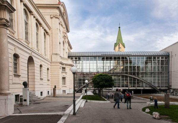 Esterni moderni dalla casa dell'Opera