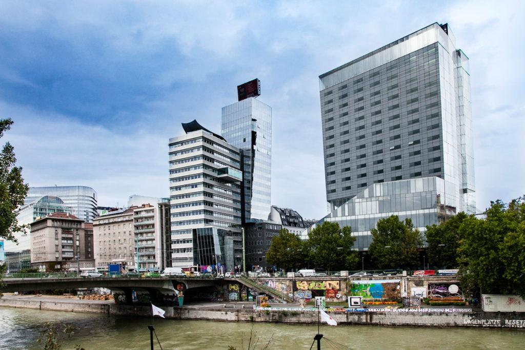 Fiume Danubio e Edifici Moderni a Vienna