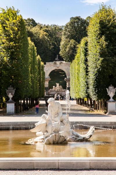 Fontana e Arco nel parco del castello - Vienna