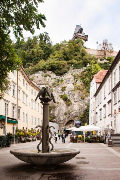 Fontana in Schlossberg Platz - Scalinata fino alla torre dell'orologio