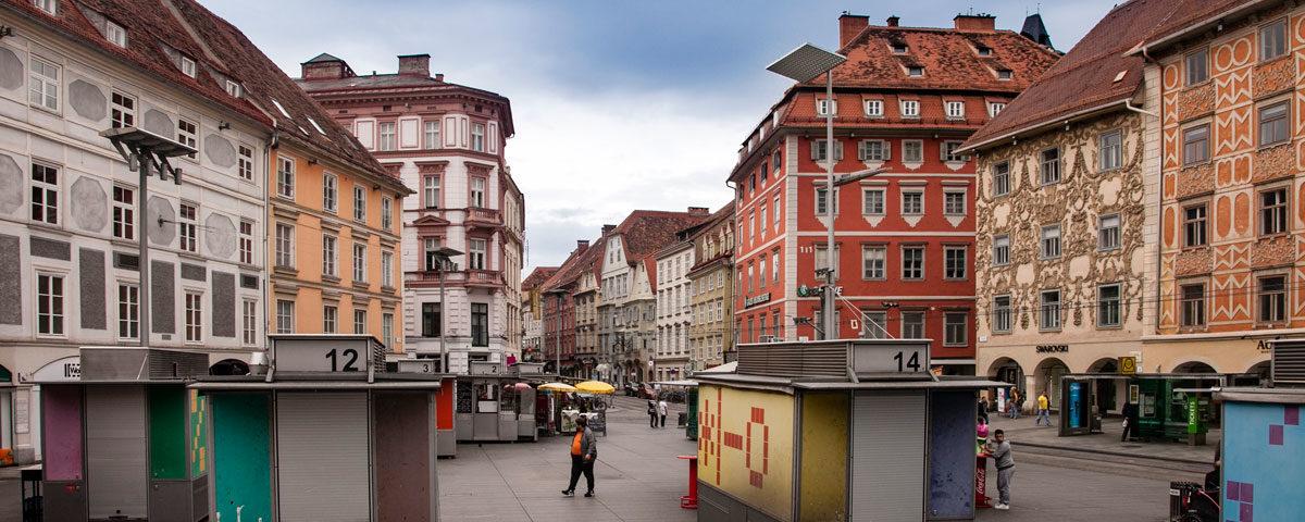 Hauptplatz - Piazza Principale di Graz con Edifici Storici e Colorati