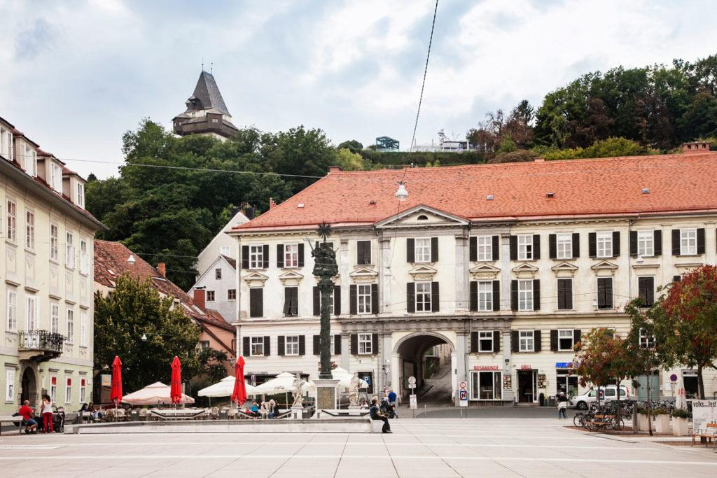 Karmeliterplatz - Ingresso verso la torre cittadina