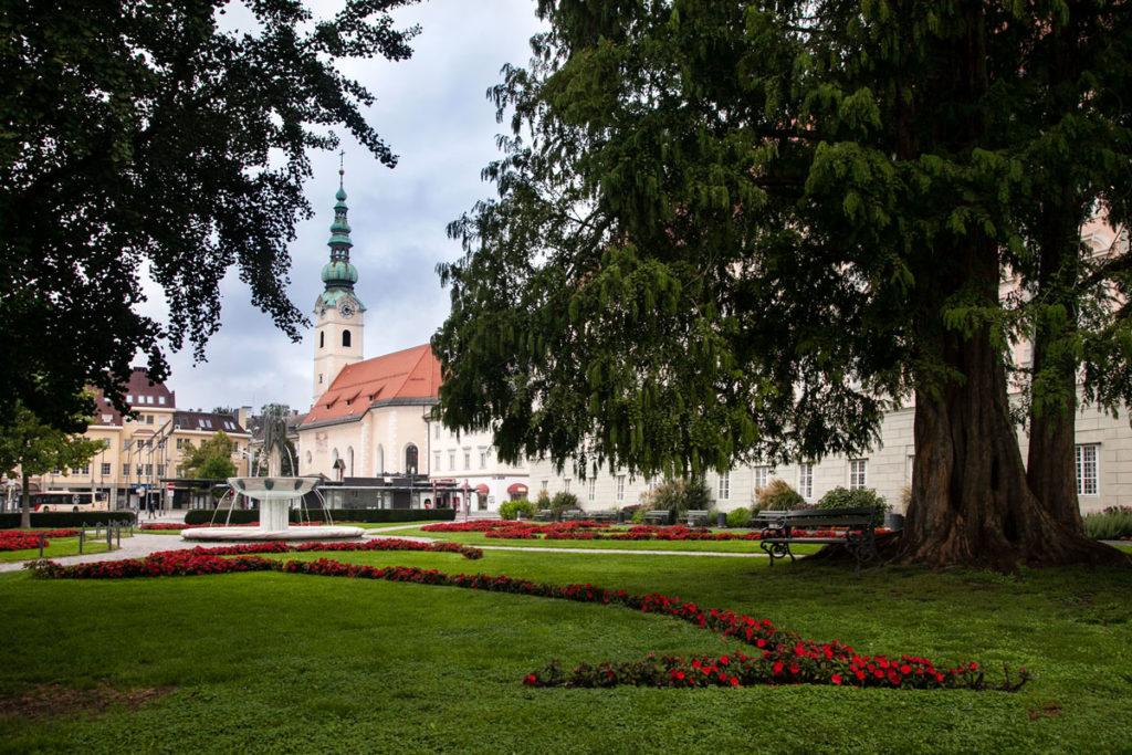 Landhaus Park con Chiesa di Santo Spirito sullo Sfondo - Klagenfurt