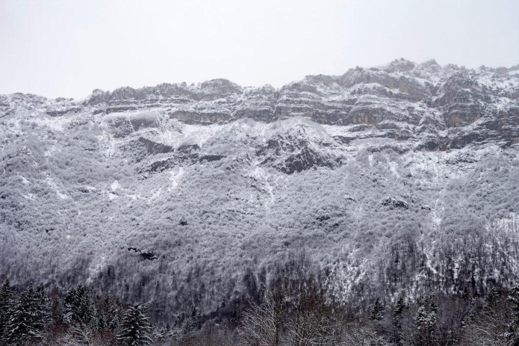 Montagne Innevate e Cielo Bianco