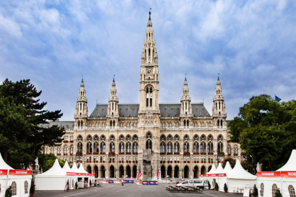 Municipio di Vienna e tendoni per manifestazione