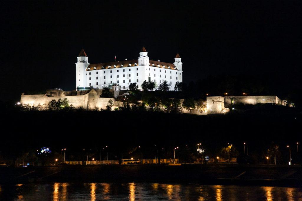 Mura e Castello di Bratislava sul fiume Danubio di notte