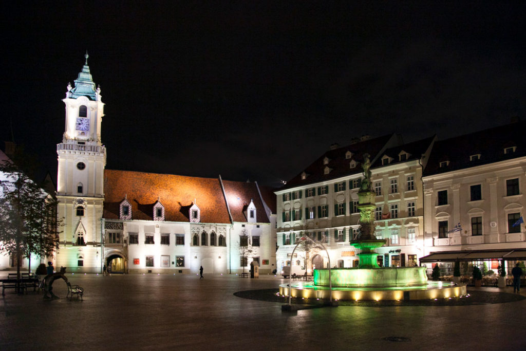 Piazza Hlavne di notte