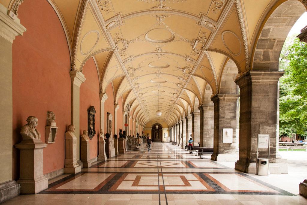 Porticato con busti di famosi studenti dell'università di Vienna