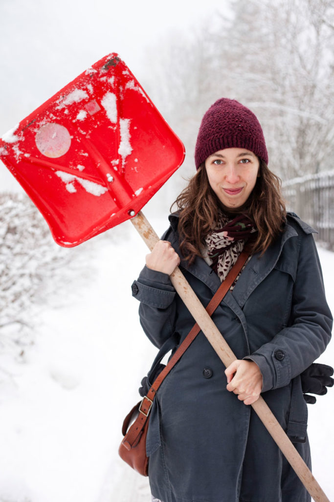 Sandra - Ragazza con Pala da Neve