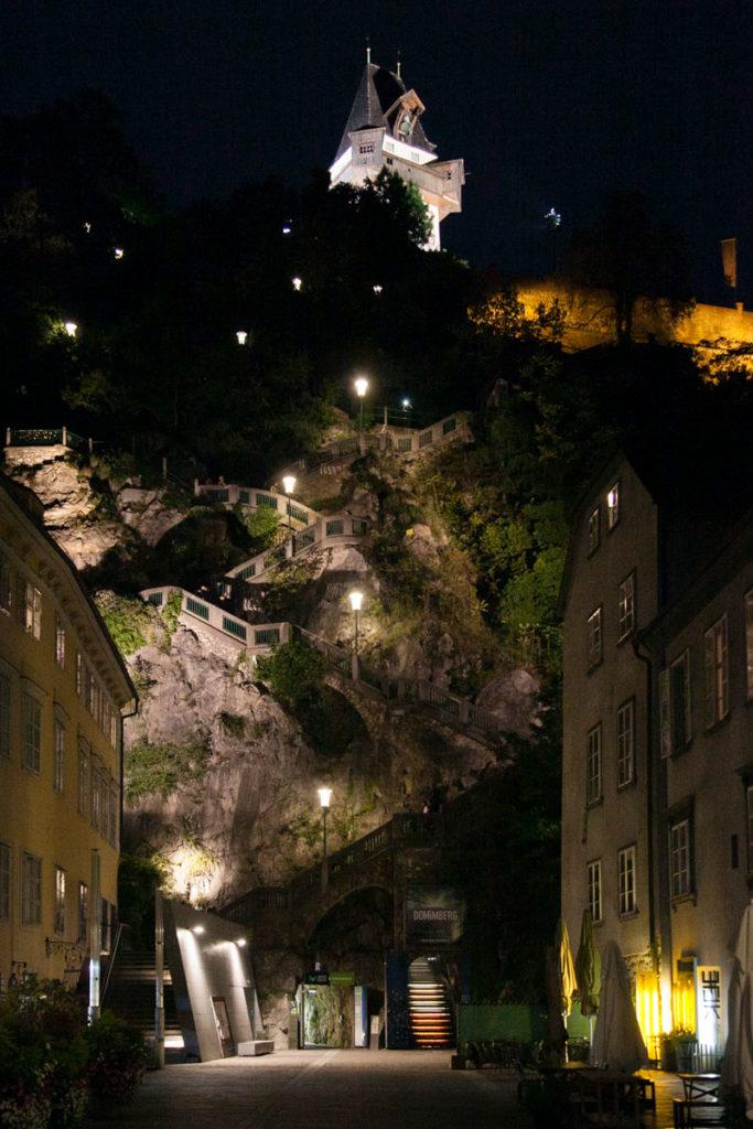 Schlossberg Platz e salita alla torre dell'orologio di notte - Graz