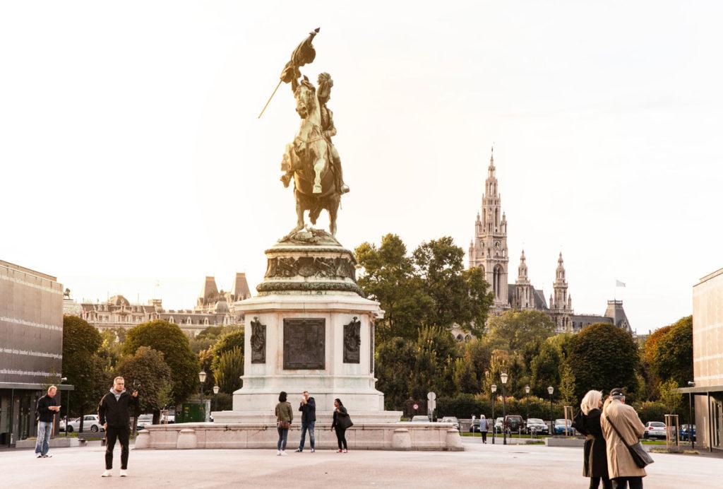 Statua del cavaliere Karl e Duomo di Vienna sullo Sfondo