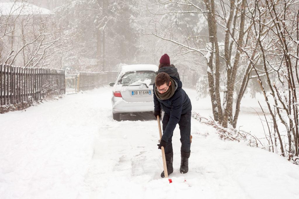 Stefano - Ragazzo che Spala la Neve dalla Automobile