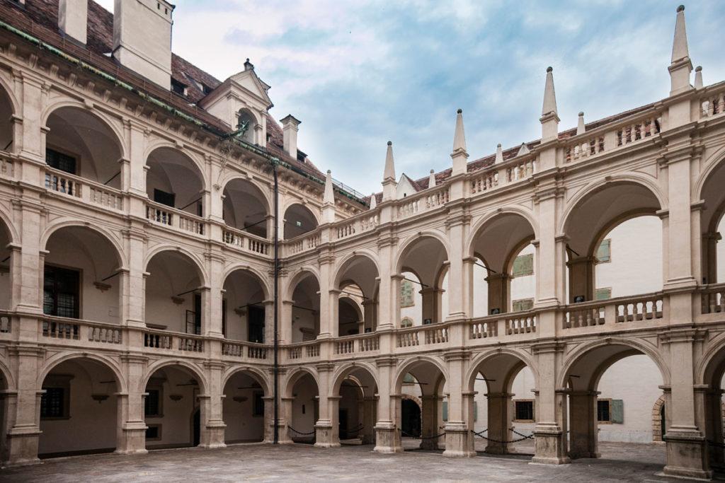 Suggestivi porticati nel palazzo del consiglio stiriano di Graz - Landhaushof