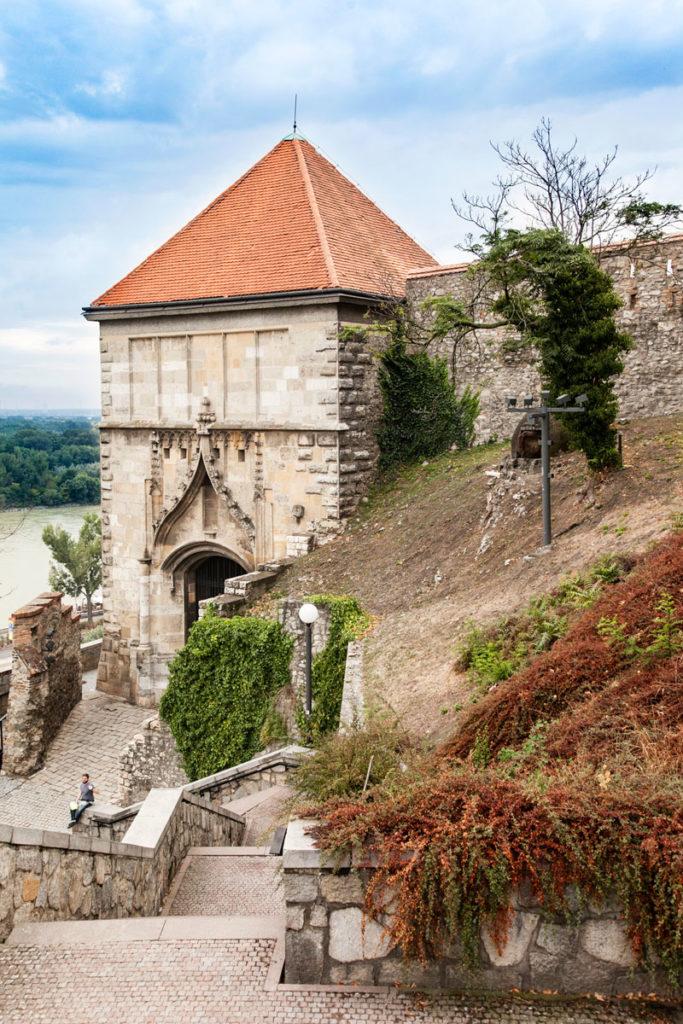 Torre di ingresso al castello e mura di cinta