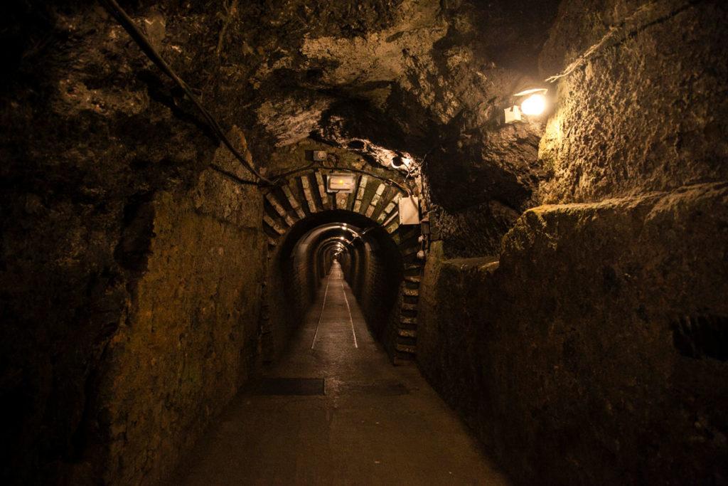 Tunnel di 400 metri per entrare nelle grotte