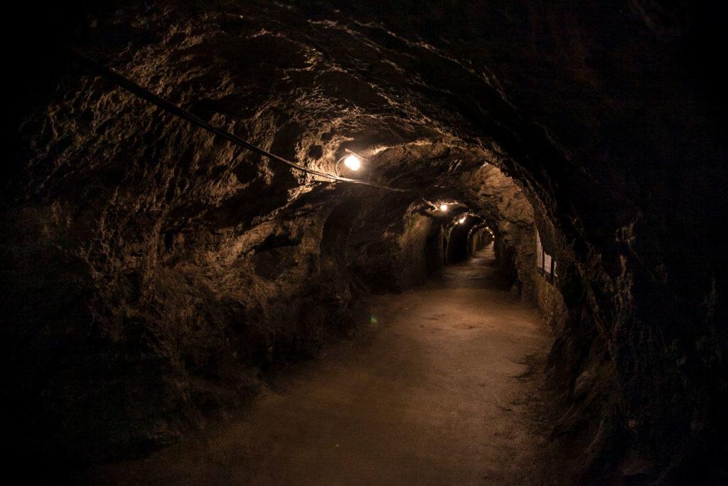 Tunnel di ingresso nella miniera di gesso di fine ottocento