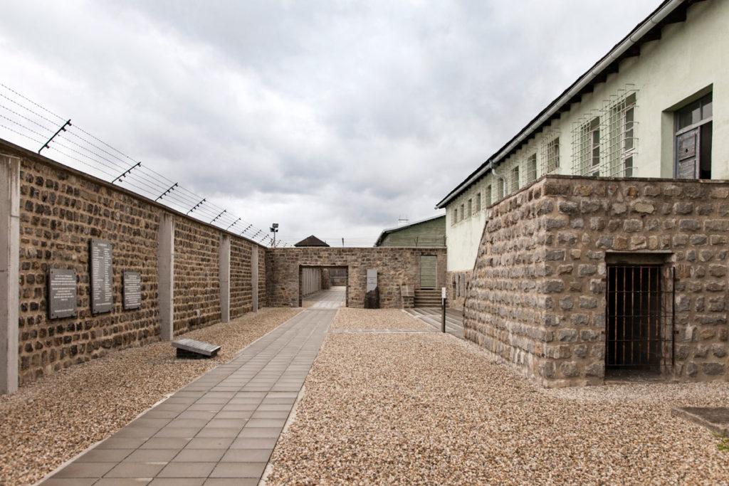 Al fianco della baracca delle prigioni