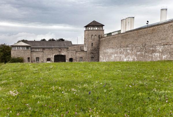 Alte Mura del Campo di Concentramento di Mauthausen e portone di ingresso