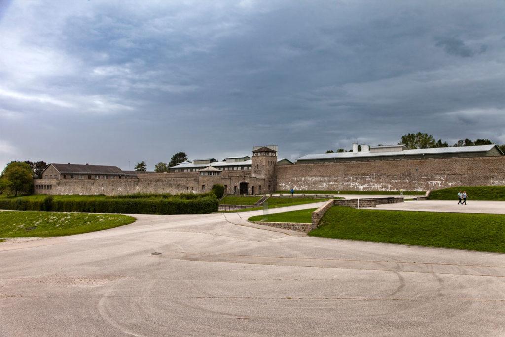 Arrivo al Lagher di Mauthausen con tempo nuvoloso