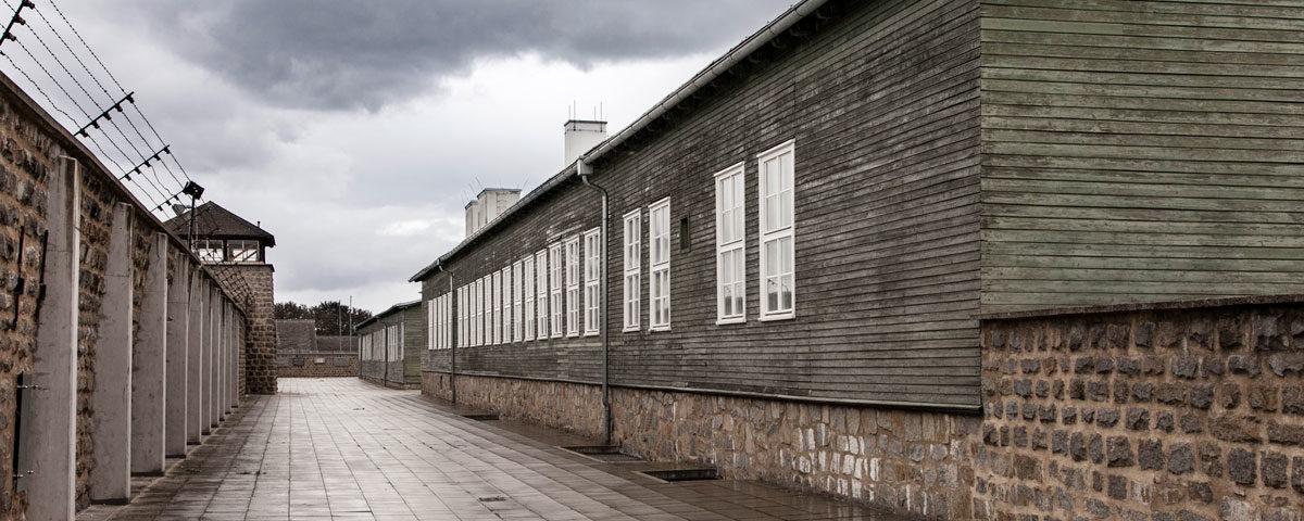 Baracca della Cucina e baracca della lavenderia tra il muro di contenimento del campo di concentramento