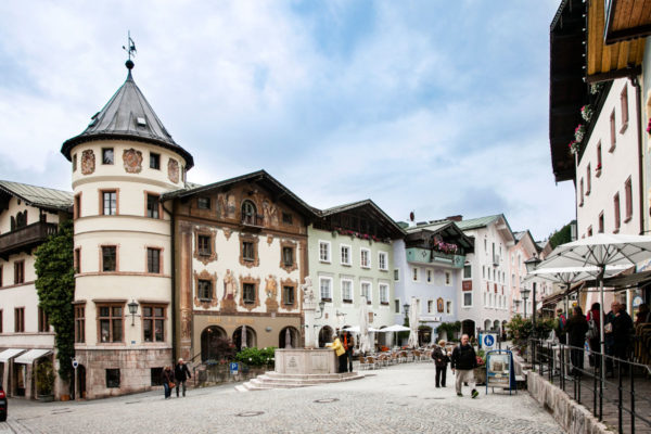 Berchtesgaden - Marktplatz - Torre e edifici con pareti affrescate