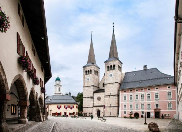 Berchtesgaden - Schlossplatz - Monumento ai Caduti delle Due Guerre - Campanile della St Andreas e Facciata della chiesa di San Pietro e San Giovanni Battista