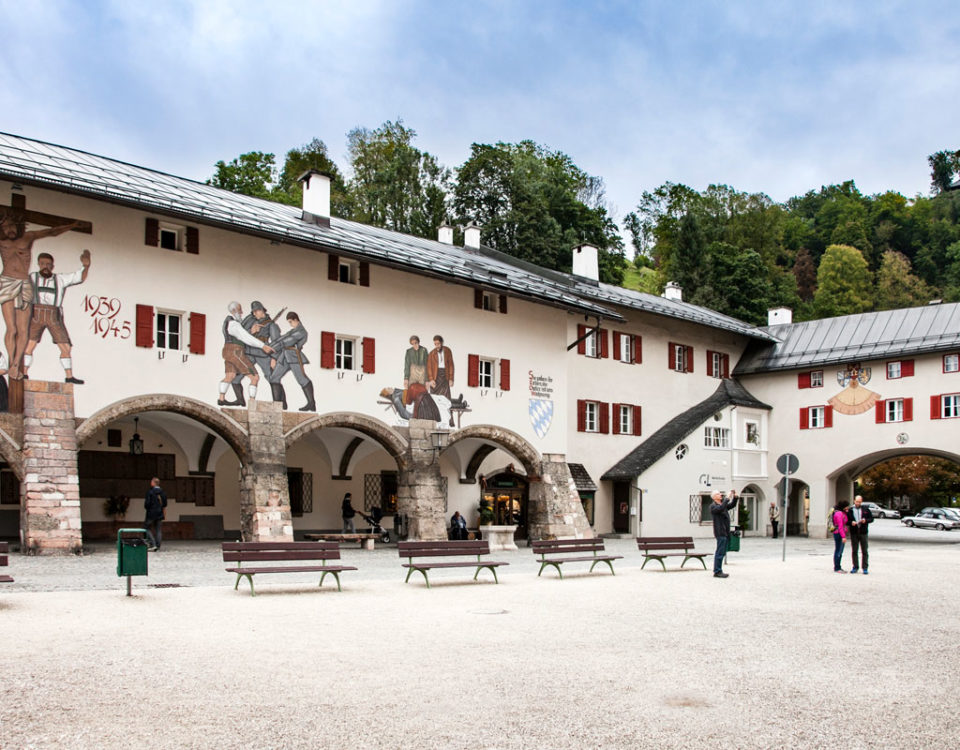 Berchtesgaden - Schlossplatz e ingresso in città - Monumento ai caduti delle due Guerre - Germania
