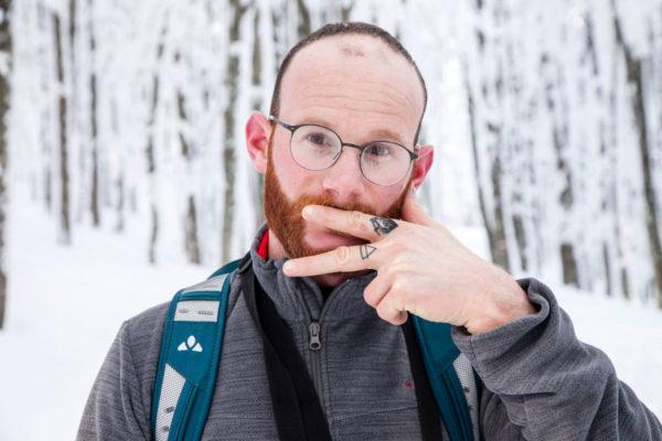 Francesco nelle montagne innevate - Ritratto ragazzo tatuato sulla neve