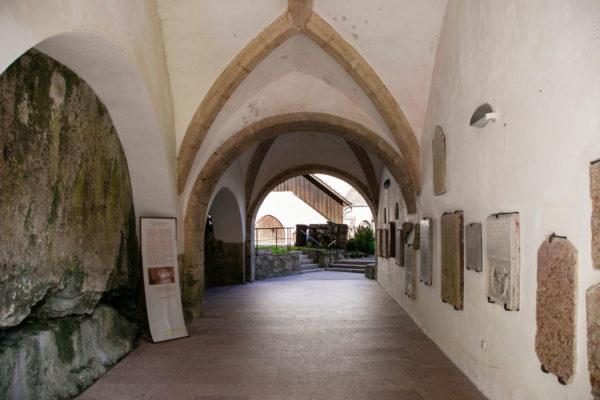 Grotta al fianco della chiesa