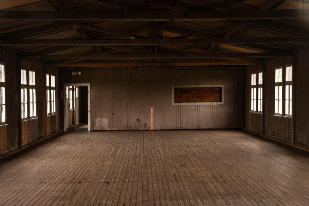 Interno spoglio di una baracca per 300 persone - Mauthausen