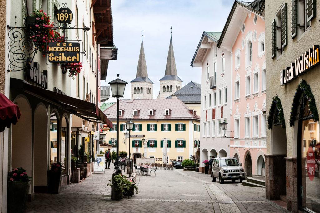La lunga Marktplatz e le torri della chiesa collegiata dei Santi Pietro e Giovanni Battista