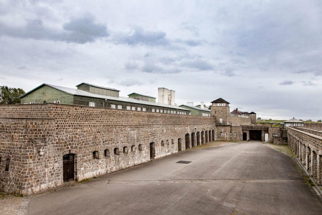 Mauthausen - il Lagher visto dal cortile delle autorimesse SS