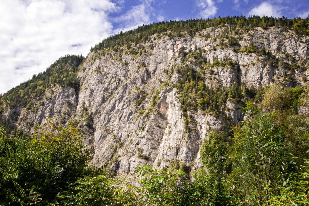 Montagne sul lago nel centro dell'Austria