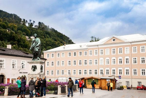 Mozart Platz con Statua di Mozart a Salisburgo