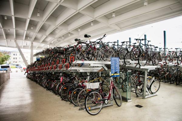 Parcheggio biciclette nella stazione cittadina