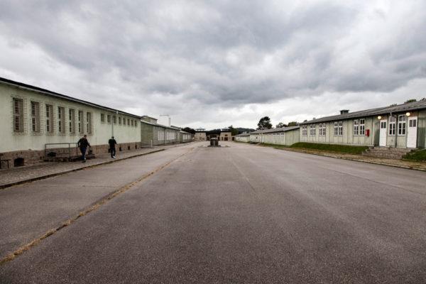 Piazzale dell appello e baracca della prigione sulla sinistra - Shoah