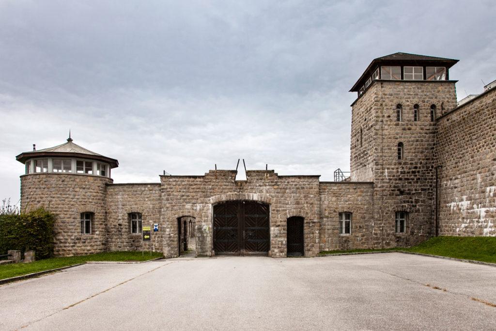 Portone di Ingresso al campo di concentramento di Mauthausen e Torrioni di Vedetta