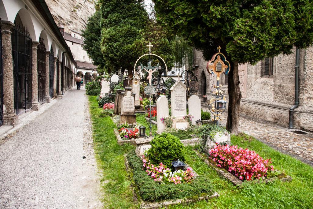St Peter - Il cimitero nella chiesa vicina al duomo