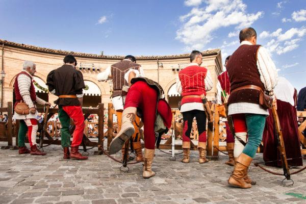 Balestrieri Pronti a Tirare nella sfida del Palio del Daino - Mondaino