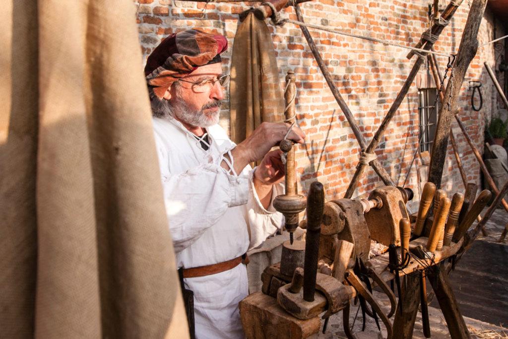Artigiano della lavorazione del Cuoio - Mondaino Palio del Daino