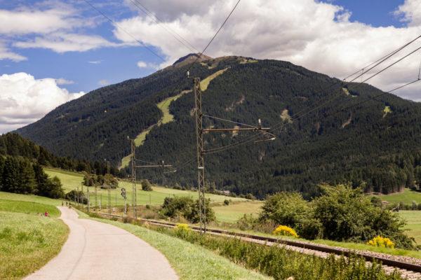Ciclabile corre al fianco della ferrovia