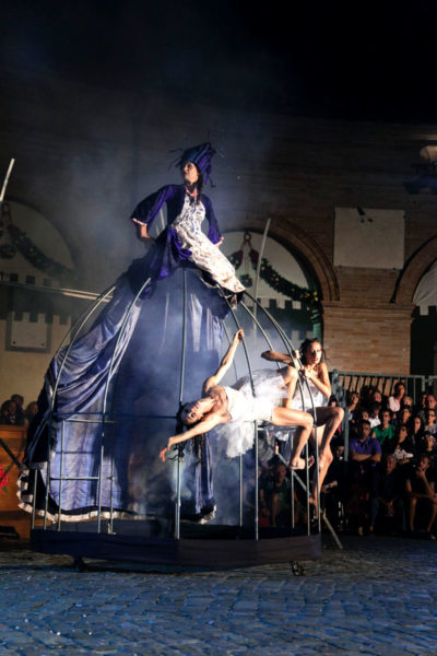 Compagnia Oplas - Spettacolo in Piazza Maggiore