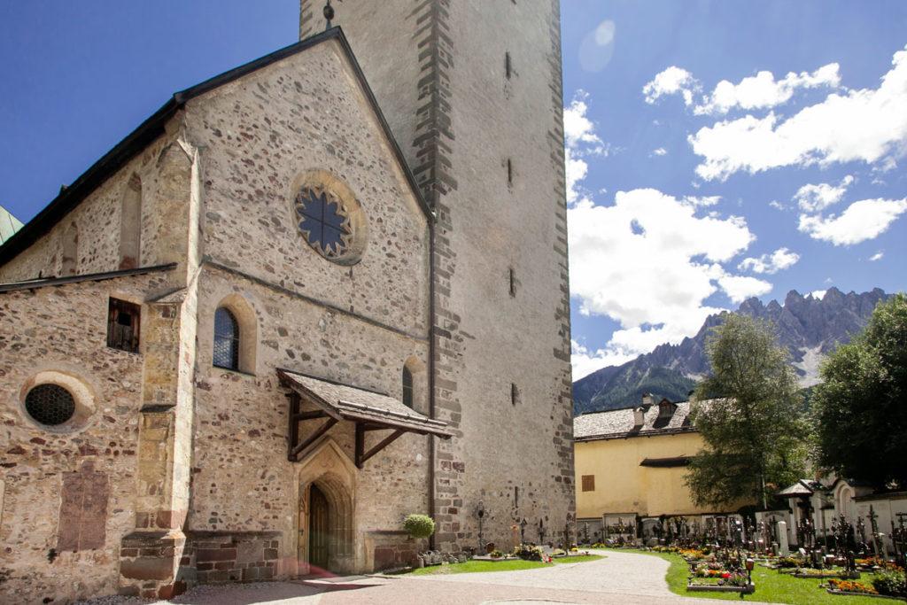 Facciata e Cimitero della Chiesa dei Santi Candido e Corbiniano - San Candido Cosa vedere