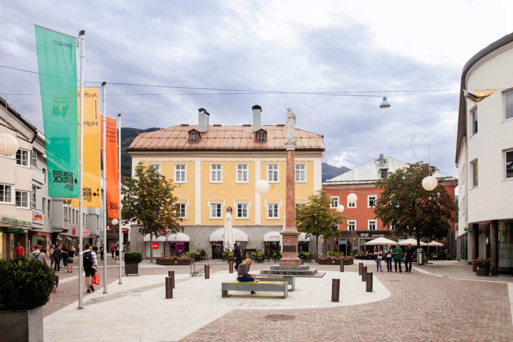 Johannesplatz - Lienz - Negozi e Colonna Votiva