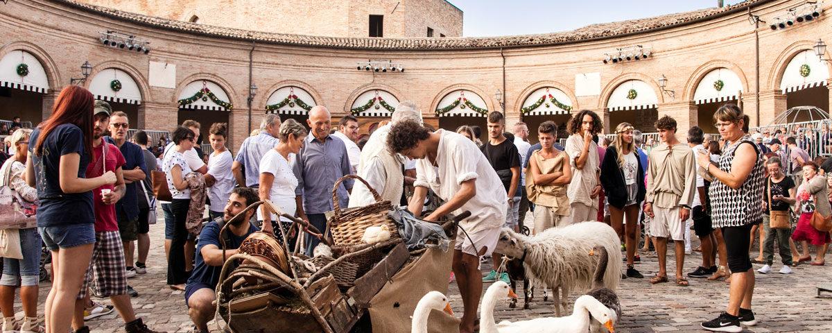 Piazza Maggiore con gli animali da Cortile - Mondaino