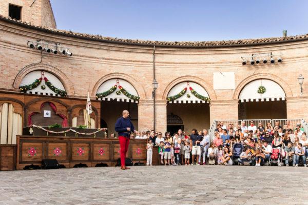 Piazza Maggiore di Mondaino durante il palio del Daino - Presentazione della competizione medievale