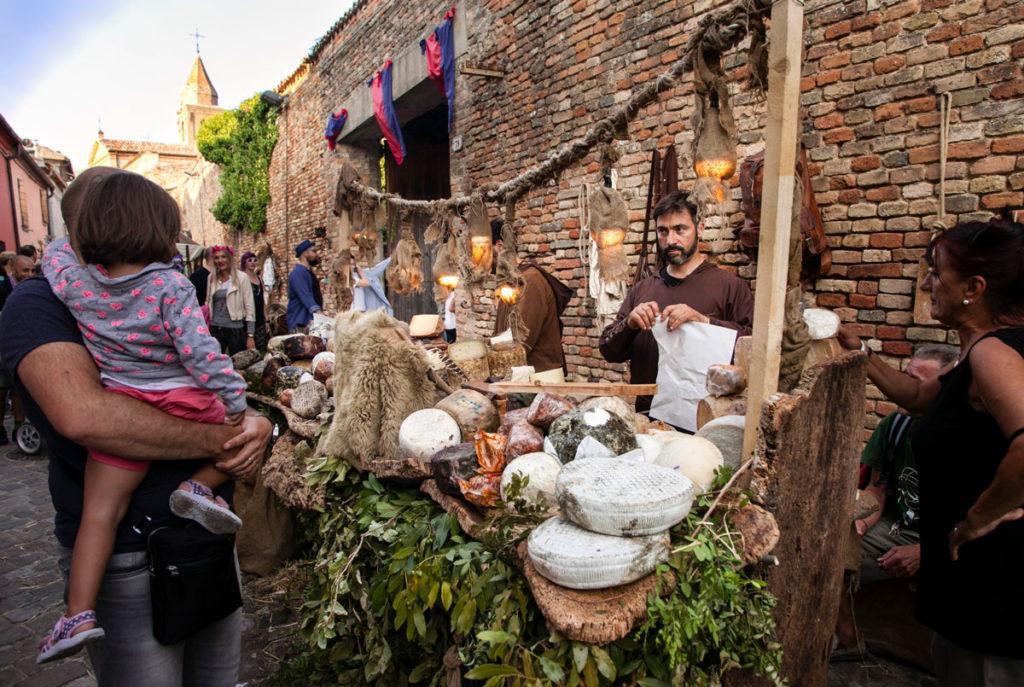 Vendita di Formaggi durante la rievocazione storica medievale di Mondaino - Rimini