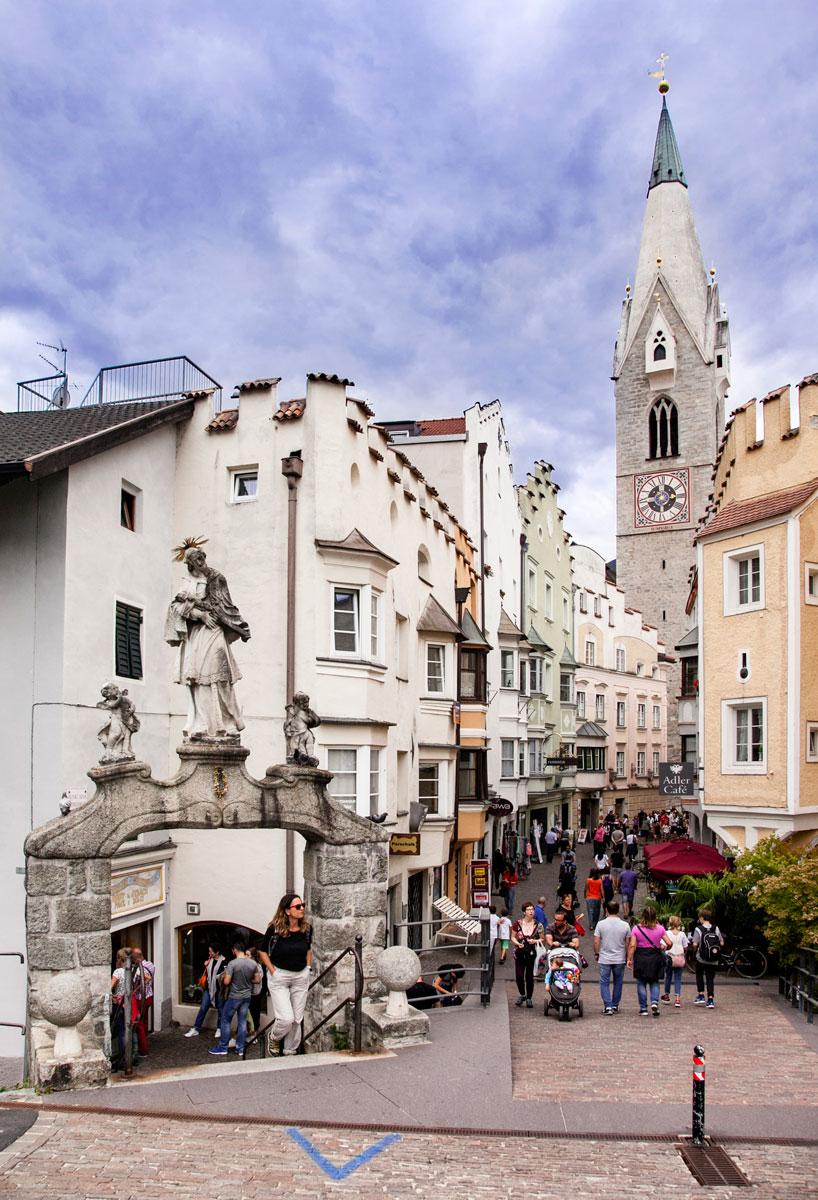 Arco Ponte Aquila e Centro Storico sulla Sfondo con Torre Bianca