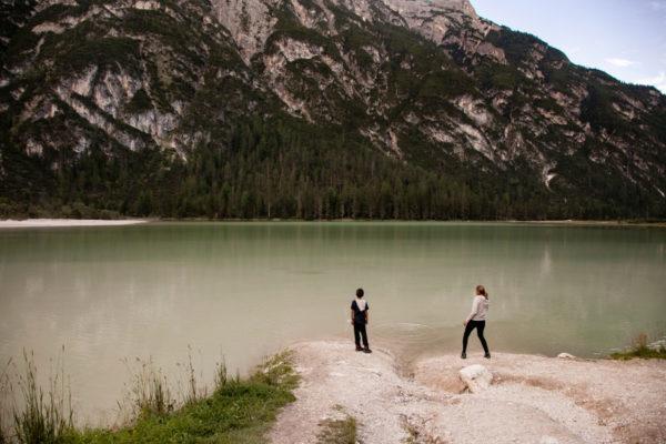 Bambini che giocano al lago di Landro